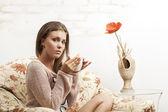 грустная девушка пьет чай — Стоковое фото
