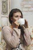 девушка, пить из чашки — Стоковое фото