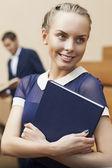 Bella studentessa con il libro di testo — Foto Stock