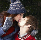 Amantes felizes beijo — Foto Stock