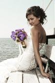 Bruden med en bukett av bröllop blommor — Stockfoto