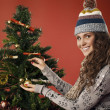 Girl decorates the Christmas tree — ストック写真