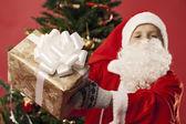 En pojke klädd som santa — Stockfoto
