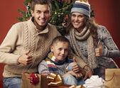 Lycklig familj vid jul — Stockfoto