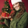 Beautiful girl holding a Christmas gift — Stockfoto