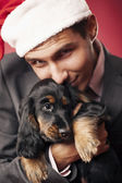 A guy and a cute puppy — Stockfoto