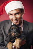 The young man gives a puppy — Stockfoto