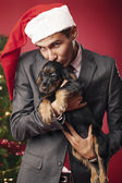 The guy kisses the puppy — Stockfoto