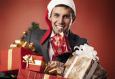 Happy man carries gifts — Stockfoto