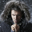 Guy in the winter snow at night — Stockfoto