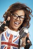 Zpívající žena s retro mikrofon. — Stock fotografie