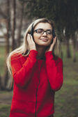girl listening to MP3 player on the street — Stock Photo