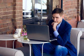 Young business man in the coffe house. fashion style. talking sk — Stock Photo