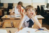 Школьникам работу на уроке — Стоковое фото