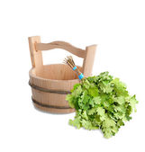 Wooden bucket and oak broom for Russian bath. — Zdjęcie stockowe
