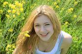 Menina no campo de flores — Foto Stock