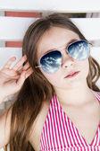 Schöne Mädchen mit Sonnenbrille — Stockfoto