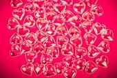 Kalpleri ile kırmızı bir arka plan — Stok fotoğraf