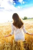 Girl in wheat field — Stock Photo