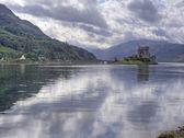 Eilean donan castle scotland with reflection — Stock Photo
