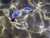 Lunettes de natation flottant sur l'estran, dans la mer — Photo