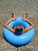 Femme se faire bronzer au bord de mer dans une bouée gonflable — Photo