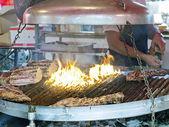 Büyük mangal kavrulmuş ete tuz eklemek — Stok fotoğraf