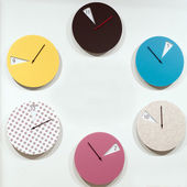 Many round wall clocks that mark the passage of time — Stockfoto