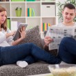 Family reading news — Stock Photo