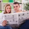 Couple reading news — Stock Photo