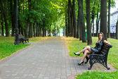 Kız bir parkta bankta — Stok fotoğraf
