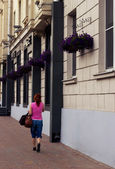 Ragazza va su una strada di città — Foto Stock