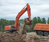 Escavatore carico camion dumper — Foto Stock