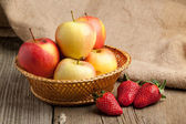 Strawberries and apples — Stock Photo