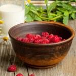 Fresh ripe raspberries and milk — Stock Photo