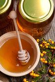 Placa com mel fresco e morangos — Fotografia Stock