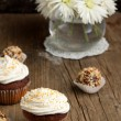 Cupcakes with cokolate truffles and flowers — Stock Photo