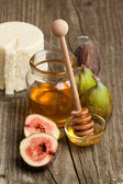 White cheese with figs and honey — Stock Photo