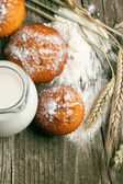 свежие пирожные и шипы — Стоковое фото