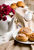 Frühstück mit zimt-schnecken — Stockfoto