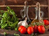 Basil, garlic and tomatoes — Stock Photo