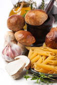 Cep 蘑菇与意大利面通心粉 — 图库照片