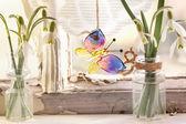 Iterior venster met glas vlinder en sneeuwklokjes — Stockfoto
