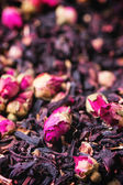 Tea roses and dried hibiscus flower — Stock Photo