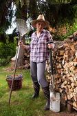 žena s palivového dřeva — Stock fotografie