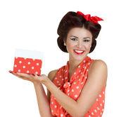 Pin p kız tutan bir hediye kutusu — Stok fotoğraf