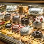 tortas en exhibición en una panadería italiana — Foto de Stock   #19678993