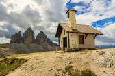 Typical Tirolian chapel in the Dolomites,Tre Cime Di Lavaredo (D — Stock Photo