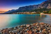 Hermoso balneario croata en el atardecer, makarska, dalmacia, europa — Foto de Stock