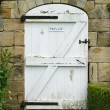 Old White Wooden Door To Walled Garden — ストック写真